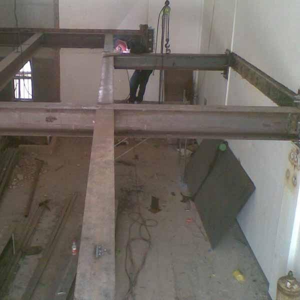 公司概况  石家庄新型钢结构制作公司承接别墅,小区,办公楼宾馆,会所,商铺,饭店,茶楼等复式楼房的阁楼、隔层的设计与施工制作。同时也制作货架、阳光房、彩钢房、阳台、楼梯搭建,焊接安装等工程。  钢结构阁楼制作的工艺材料及方式有很多选择,有木质钢结构阁楼,浇钢结构阁楼,钢结构阁楼等。各有优势,钢结构阁楼以其施工快捷,安全稳定,强度高,以及很高的性价比,应该被得到广泛用应在别墅、复式楼房,需要隔空的建筑上。钢材与混凝土及木材相比,其屈服点和抗拉强度要高的多,在承载力相同的条件下,钢结构构件截面小,重